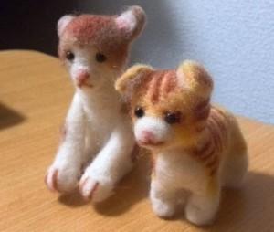 羊毛フェルトの茶ブチの猫とマンチカン