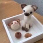 羊毛フェルトで茶色のハチワレ猫&シャム猫