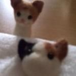 羊毛フェルト猫のマスコットと作成途中の三毛猫