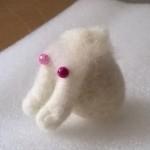 羊毛フェルト おすわり茶ブチ猫の体を作成中