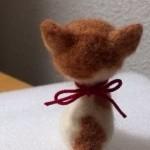 羊毛フェルト おすわり茶ぶち猫 首輪をつけました