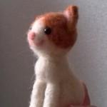 羊毛フェルト おすわり茶ブチ猫の頭を付けました