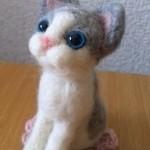 羊毛フェルト おすわり灰白猫マスコット