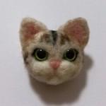 実家の愛猫モモさんのブローチを作りました その2